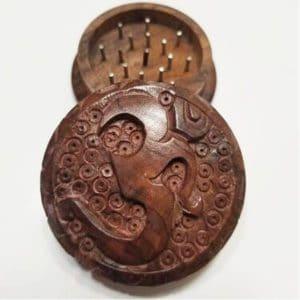 grinder in legno intagliato om